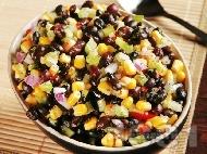 Салца с черен боб, царевица, лук, домати и люти чушки